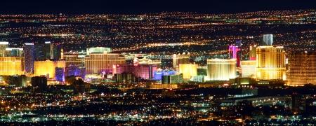Las Vegas, USA - 26. November 2011: Helle Lichter der Hotels und Casinos des Las Vegas Strip. Der Strip ist etwa 4 Meilen lang und wird hier von den Franzosen Mountain Summit gesehen. Standard-Bild - 16223469