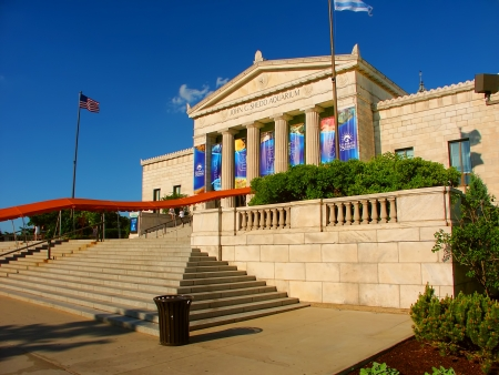 academia: Chicago, USA - June 07, 2005: View of the main entrance to the Shedd Aquarium near downtown Chicago, Illinois.  The Shedd Aquarium opened in the year 1930. Editorial