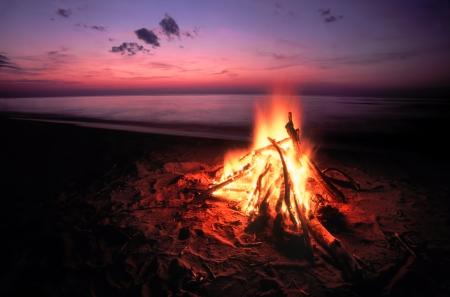 スペリオル湖の上ビーチで焚き火