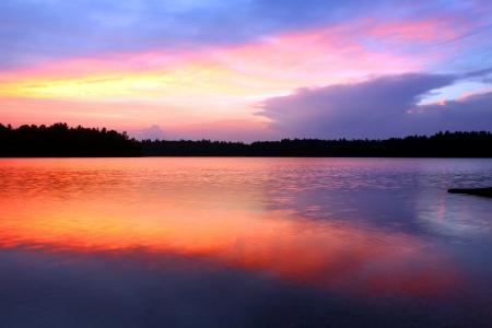 brilliant colors: Colores brillantes de la puesta de sol sobre Buffalo Lake en el norte de Highland American Legion State Forest de Wisconsin