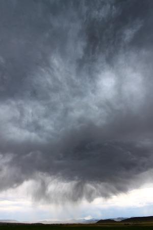 precipitaci�n: Oscuras nubes y la precipitaci�n de una tormenta el�ctrica en la zona rural de Idaho