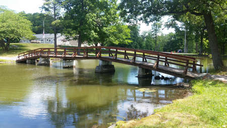 Circleville Park Silver Lake Wooden Walking Bridge Over the Lake on a sunny summer day Imagens