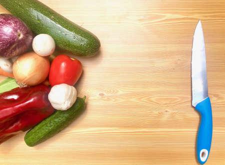 Verduras frescas diferentes de la huerta sobre madera, pimientos, zanahoria, calabacín, berenjena para receta o tienda. Comida vegetariana y vegana. Archivio Fotografico