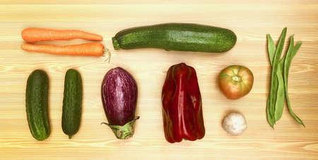 Verduras frescas diferentes de la huerta sobre madera, pimientos, zanahoria, calabacín, berenjena para receta o tienda. Comida vegetariana y vegana.