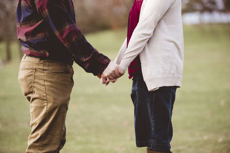 A beautiful shot of a couple holding hands with a blurred background Foto de archivo