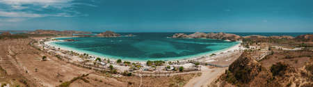 A panoramic shot of the amazing ocean by the beach under the blue sky captured in Lombok, Indonesia 版權商用圖片