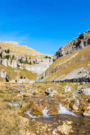 Bright sunny day within the landscape of Malham Tarn at Gordale Scar in February Standard-Bild