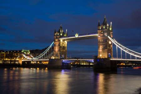 The famous Tower Bridge in London, UK illuminated at night Imagens