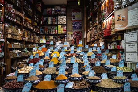 CHIRAZ, IRAN - Oct 28, 2019: Spice seller in the bazaar of Chiraz Éditoriale