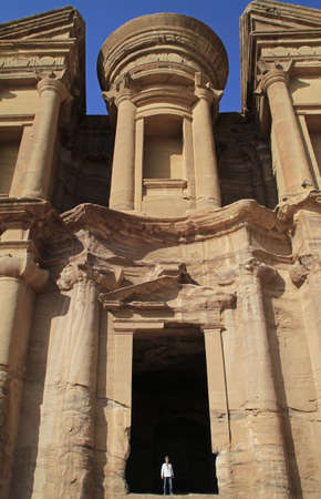 The famous archaeological site Petra in Jordan during daytime 版權商用圖片 - 157579915