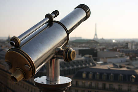 A closeup shot of a binocular looking at the Eiffel Tower in Paris 版權商用圖片