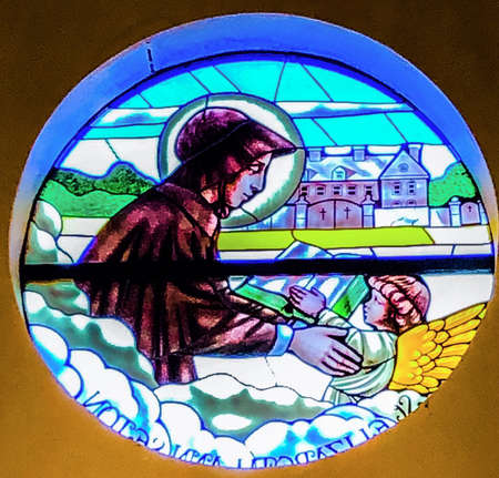 OCEAN SPRINGS, UNITED STATES - Oct 18, 2018: Stained Glass image of St. Elizabeth Ann Seton. Taken at St. Elizabeth Ann Seton Catholic Church in Ocean Springs, MS. 新聞圖片