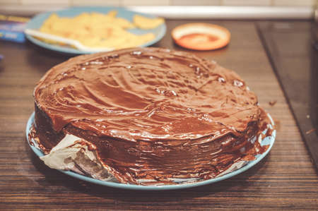 A closeup of a single layer home-bake moist chocolate cake on a dinner table 免版税图像