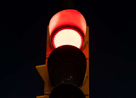 A red light on a traffic light at the street at night 免版税图像