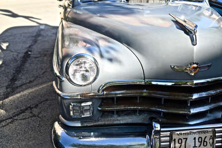 DOWNERS GROVE, UNITED STATES - Jun 07, 2019: A closeup shot of an old retro car in the parking lot in Downers Grove, United States Banco de Imagens
