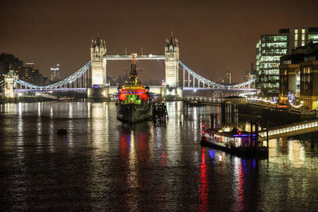River Thames Belfast and Tower Bridge at night in London 免版税图像