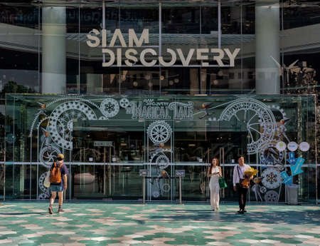 BANGKOK, THAILAND - Jan 07, 2020: main entrance of Siam Discovery with people going in and out of the shopping mall. 新聞圖片