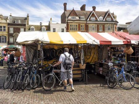 CAMBRIDGE, UNITED KINGDOM - Aug 11, 2017: CAMBRIDGE, UK:  Bike Repair Stall at the the historic market in Market Square 新闻类图片