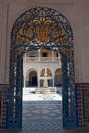A vertical shot of the entrance of the Casa de Pilatos palace in Seville, Spain 新聞圖片