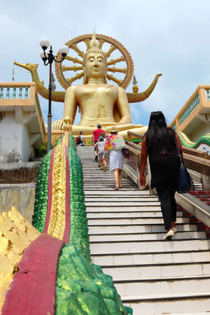KOH SAMUI, THAILAND - Mar 27, 2019: Tourists visiting the large Buddha Statue found at the Wat Phra Yai temple near Bang Rak beach in Koh Samui, Thailand. 新聞圖片