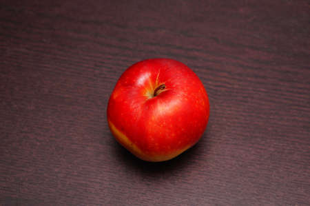 A red apple on wooden table Banco de Imagens