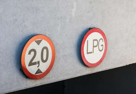A closeup shot of limitation sign on a garage entrance Banque d'images