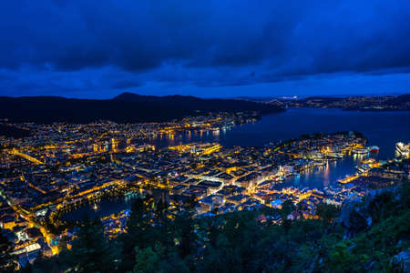 A high angle view of a night cityscape of Bergen viewed from Mount Floyen, Norway 免版税图像