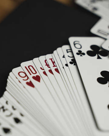 A top view closeup of the playing cards displayed on a black table 免版税图像