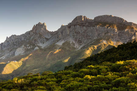 The mesmerizing view of the mountains and cliffs in the Picos de Europa National Park in Spain 免版税图像