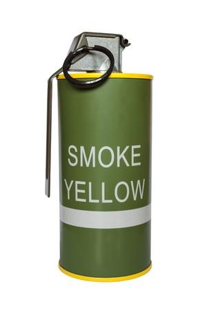 lanzamiento de bala: Humo amarillo m18 granada sobre fondo blanco Foto de archivo