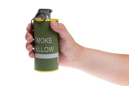 lanzamiento de bala: Granada de humo amarillo en la mano aislados en blanco