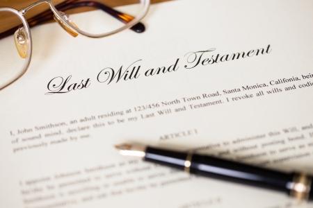 planificacion familiar: Última voluntad y testamento con la pluma y gafas concepto de documento legal Foto de archivo