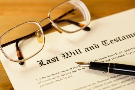 法的文書用のペンや眼鏡の概念と遺言・福音 写真素材