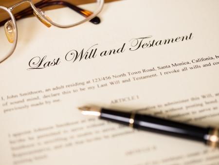 testament: �ltima voluntad y testamento con la pluma y gafas concepto de documento legal Foto de archivo