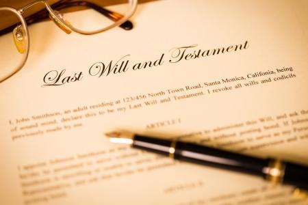 Última voluntad y testamento con la pluma y gafas concepto de documento legal