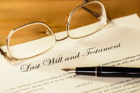 documentos legales: Última voluntad y testamento con la pluma y gafas concepto de documento legal Foto de archivo