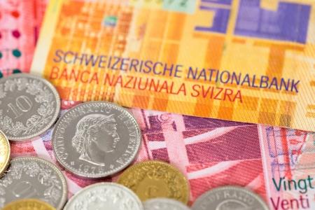 frank szwajcarski: Szwajcaria pieniężnych franka szwajcarskiego banknotów i monet bliska nacisk na monety