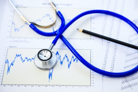 Stethoscoop en financiën document voor de financiële gezondheid check-concept