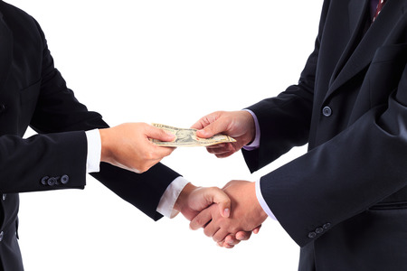 remuneraci�n: Buisnessmen dar la mano y recibir billetes de banco