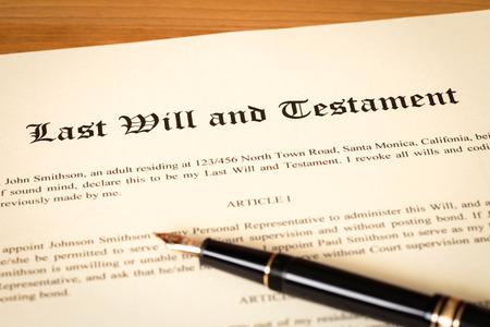 pluma de escribir antigua: Última voluntad y testamento con el concepto de la pluma de documento legal