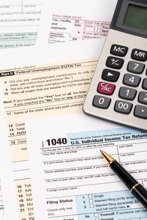 Belasting formulier met pen en rekenmachine belastingen begrip