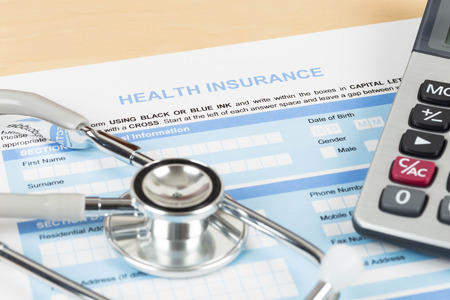 chăm sóc sức khỏe: Mẫu đơn bảo hiểm y tế với chiếc máy tính và ống nghe khái niệm về lập kế hoạch cuộc sống