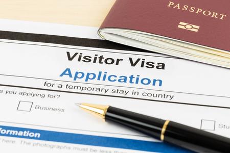 Visumaanvraagformulier met paspoort en pen Stockfoto