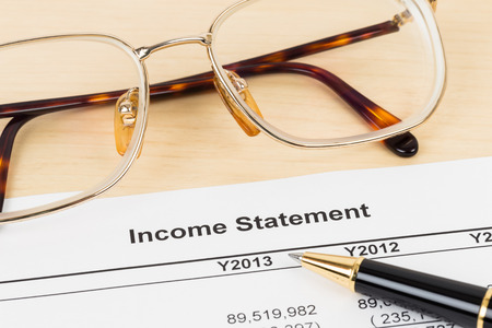 Relazione finanziaria Conto economico con gli occhiali e la penna