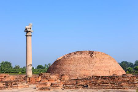 vihara: Ananda Stupa and Asokan pillar at Kutagarasala Vihara, Vaishali, Bihar, India Stock Photo