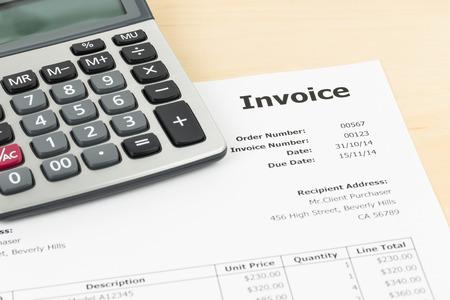 Factuur met rekenmachine zakelijk document