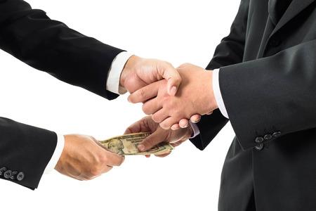 remuneraciones: Buisnessmen dar la mano y recibir billetes de banco