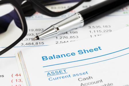 Bilan dans le rapport de l'actionnaire livre, bilan est mock-up Banque d'images - 39177083