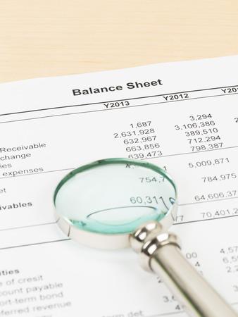 Rapport financier du bilan avec loupe Banque d'images - 40521283