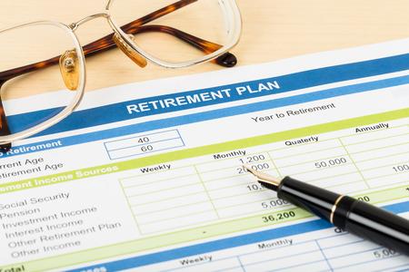 안경 및 펜 문서와 은퇴 계획 모형이다